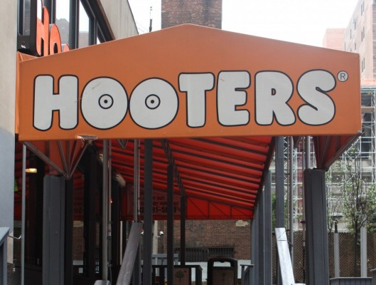 A first date in a Hooters? What could go wrong? (Isabel Frías/The Observer)