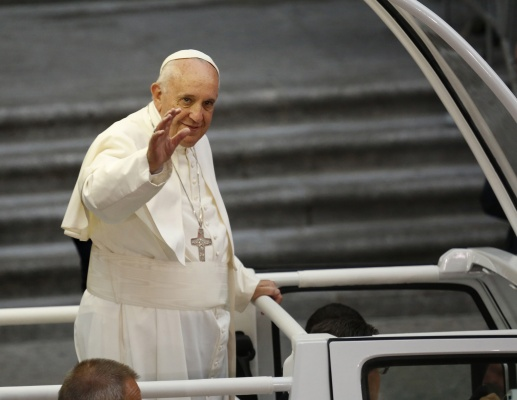 Pope Francis arrives at St. Patricks Cathedral in Manhattan to an enthusiastic crowd on Thursday, Sept. 24, 2015. (Carolyn Cole/Los Angeles Times/TNS)