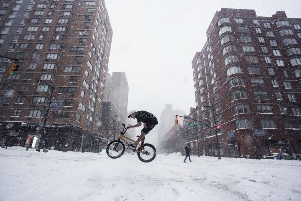 A+daring+biker+does+a+barspin+in+the+winter+storm.+%28JESSE+CARLUCCI%2FTHE+OBSERVER%29