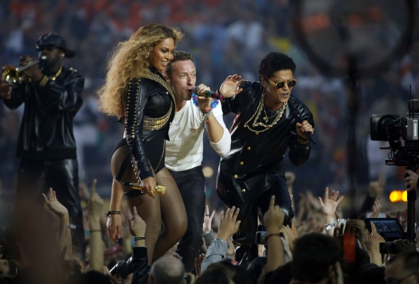 Beyonce%2C+left%2C+sings+with+Chris+Martin+of+Coldplay+and+Bruno+Mars%2C+right%2C+during+the+halftime+show+at+Super+Bowl+50+at+Levi%27s+Stadium+in+Santa+Clara%2C+Calif.%2C+on+Sunday%2C+Feb.+7%2C+2016.+%28Nhat+V.+Meyer%2FBay+Area+News+Group%2FTNS%29