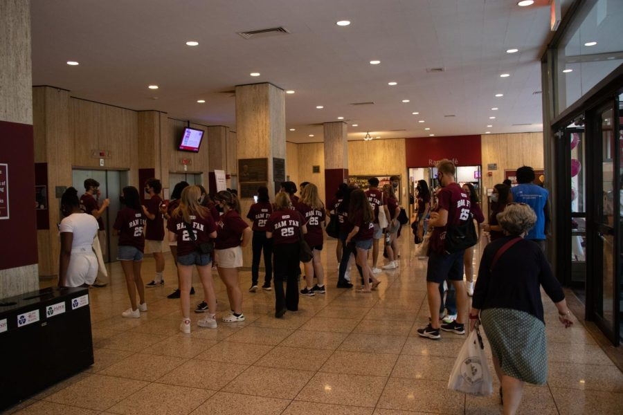 first-year students crowded in the plaza level of lowenstein